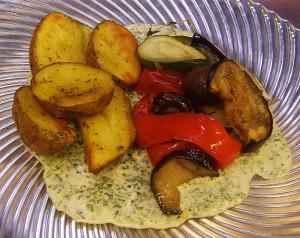 Bio-Bratkartoffeln mit Omlett und Gemüse